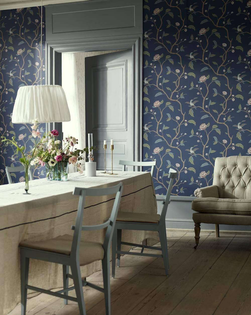 Tapete Im Schwedischen Landhausstil Mit Blumen Und Vögeln · Raumbild    Marianne Navy 401 86 Von SANDBERG Landhausstil ...